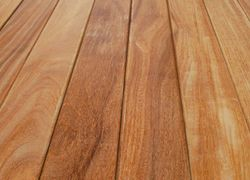 aplicação de verniz em pisos de madeira