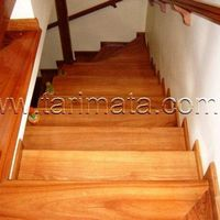 Escada de madeira maciça