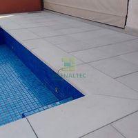 Piso atérmico antiderrapante para piscina